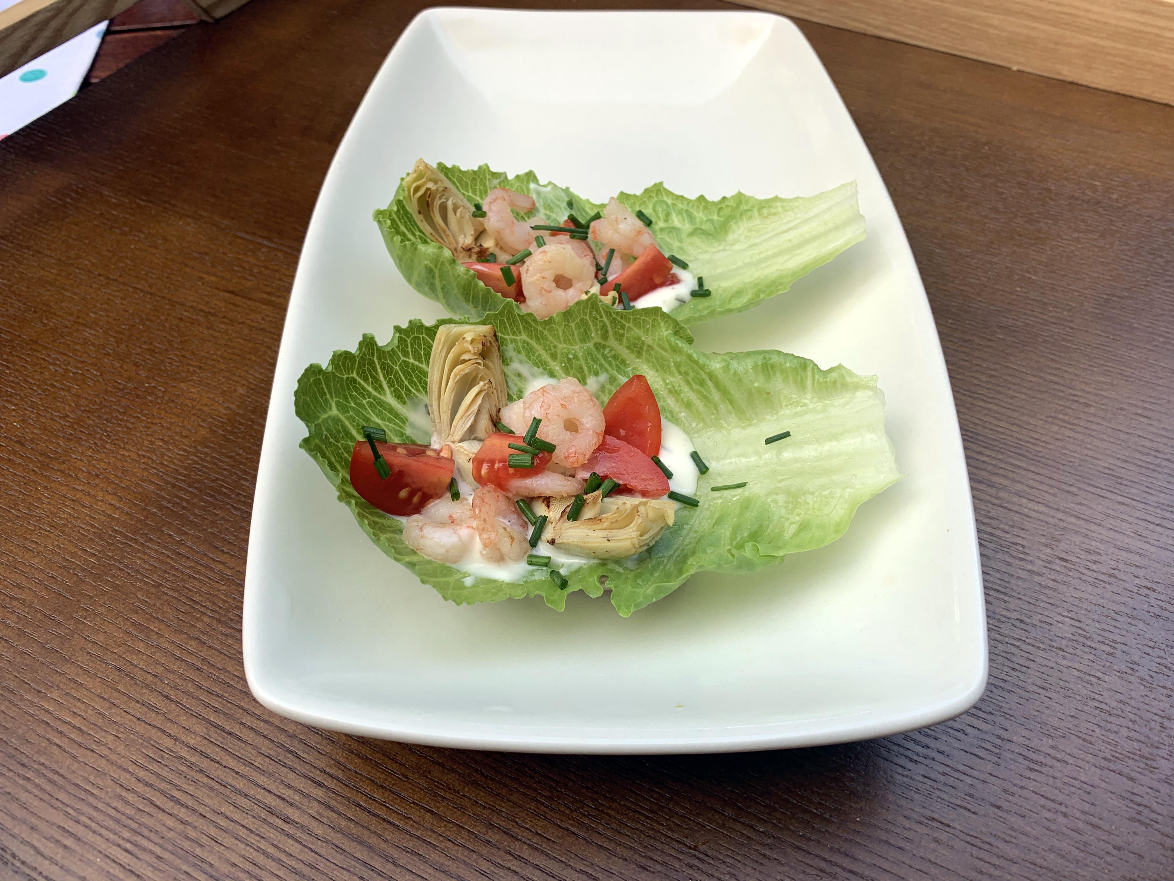 Katkarapu–artisokkasalaatti jimbee snack -salaatinlehdellä