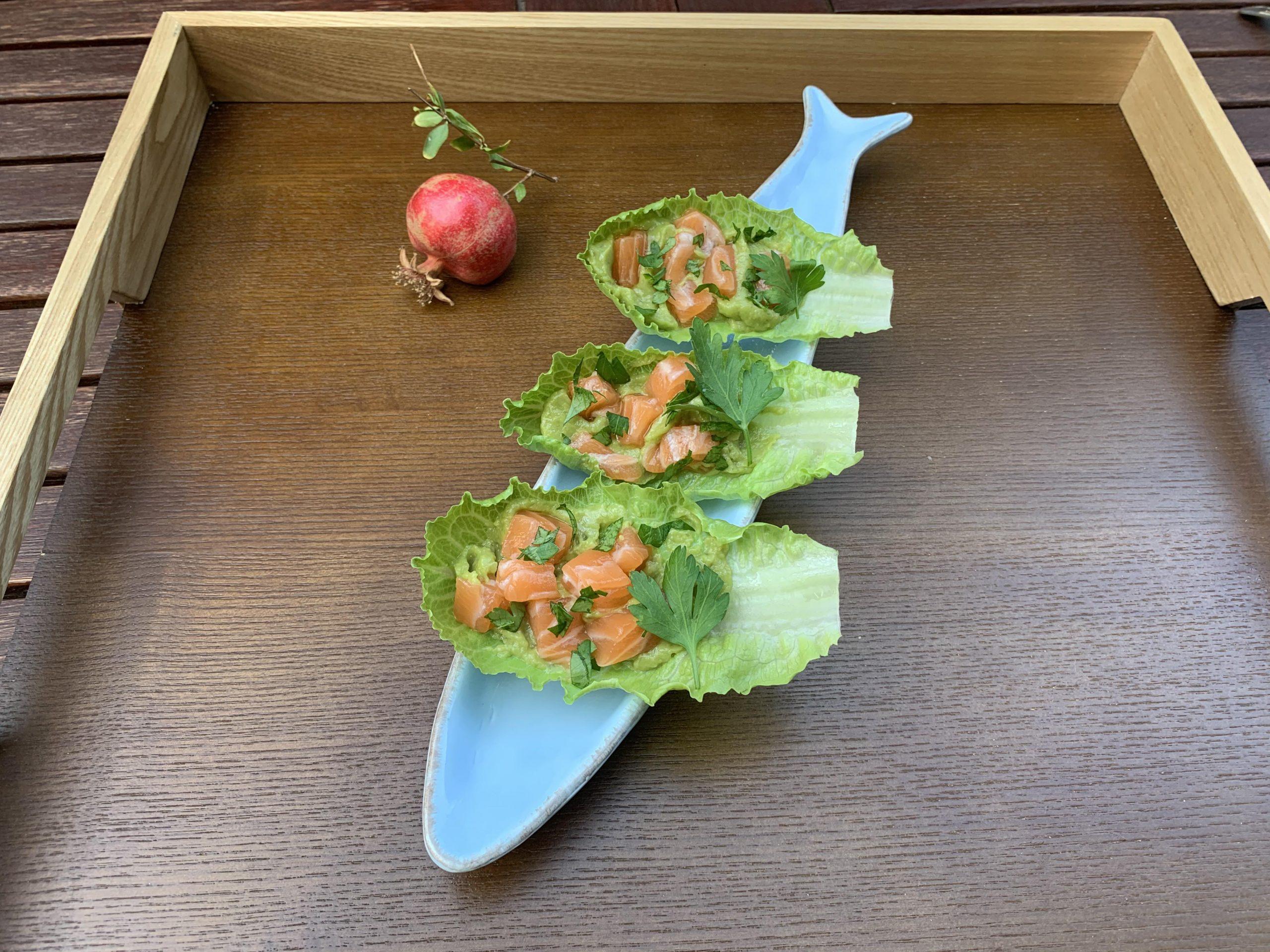 Montaditos de guacamole con salmón sobre Lechuga Jimbee Snack